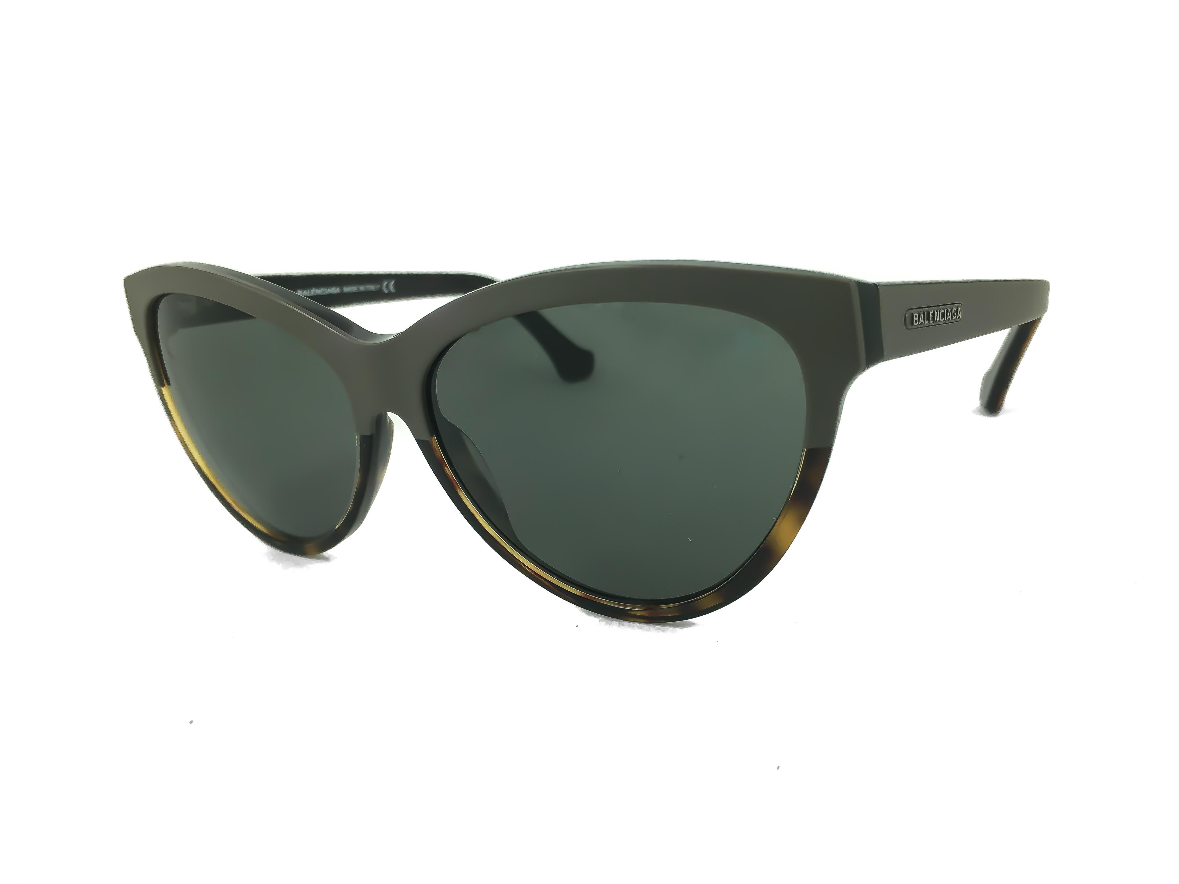 d8968eb5cc Τα γυαλιά ηλίου BALENCIAGA BA 0029 20A έχουν σχήμα πεταλούδας και  ταιριάζουν ιδανικά σε μεσαία πρόσωπα. Οι φακοί είναι οργανικοί